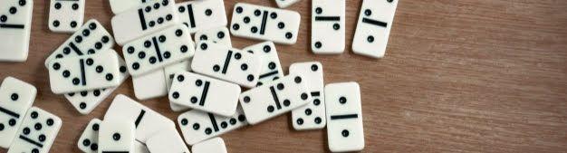 fichas-domino-fondo-madera_86487-18
